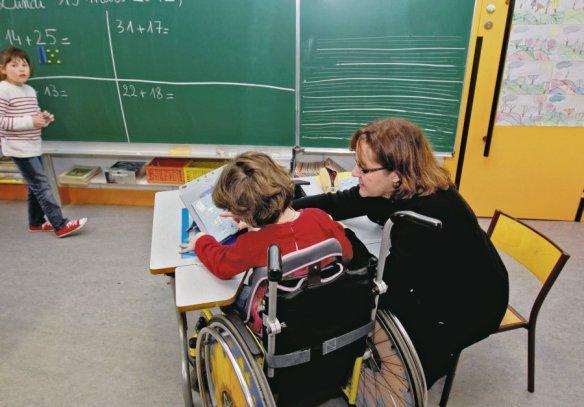 Visite d'une classe d'enfants handicapes integres aux Apprentis d'Auteuil - Ecole Joie de Vivre. par la secretaire d'etat a la cohesion sociale